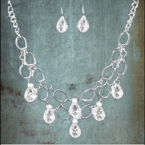 Show Stopping Shimmer White Necklace Set